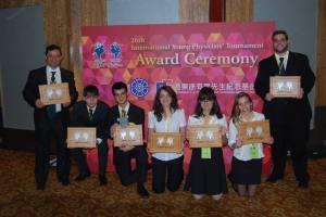 Líderes, mascote e membros do time logo após a premiação.