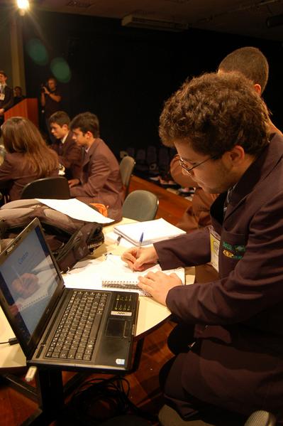 No primeiro plano da foto, Cássio trabalhando no PF final do IYPT Brasil 2010.
