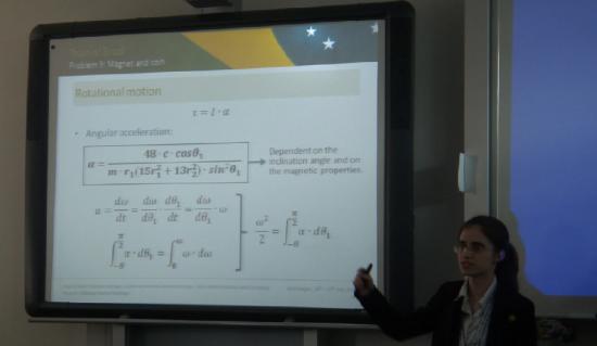 """Bárbara apresentando o problema """"Magnet and Coin"""" no 3º PF na Alemanha, em 2012."""