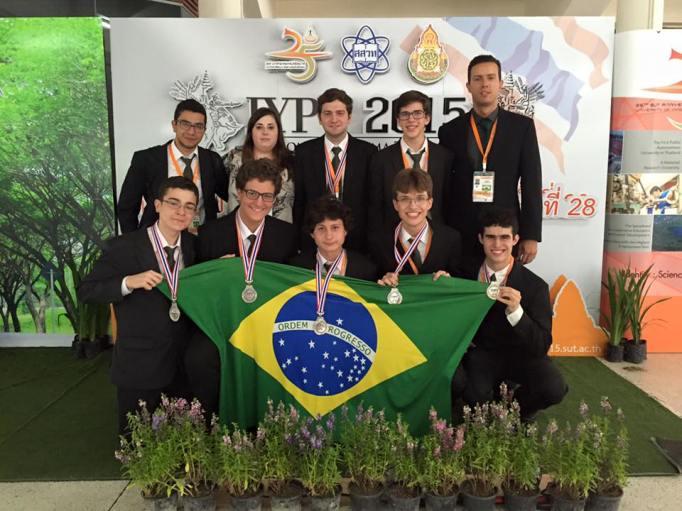 Equipe brasileira na cerimônia de encerramento do IYPT.